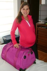 El día que nació mi hija mayor con mi maleta lista para la clínica (esta foto fue entre contracción y contracción).